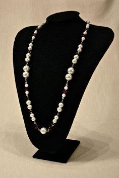 Royal I: Collar mediano de perlas de cristal fantasía de diferentes tamaños con cuentas de cristal color uva engarzadas. Precio $590.00 MN