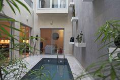 House in Marrakesh, Morocco. Riad de 118m2, facile d'accès, paisible, avec toit ouvrant et bassin chauffé. Bains de soleil, jacuzzi et coin repas sur la terrasse. Il est à côté des souks et du très agréable Mythic Oriental SPA, à 20mn à pied de la place Jemaa El Fna, 1km des ...