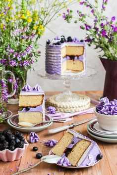 White Chocolate Layer Cake w/Blackberries and Blueberries [in Spanish only] Cupcakes, Cupcake Cakes, Just Desserts, Delicious Desserts, Nake Cake, Cake Recipes, Dessert Recipes, Gateaux Cake, Piece Of Cakes