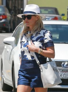 Reese Witherspoon Photos - Actress Reese Witherspoon is spotted out at the Brentwood Country Mart in Brentwood, California on July 15, 2016. - Reese Witherspoon Stops By The Brentwood Country Mart