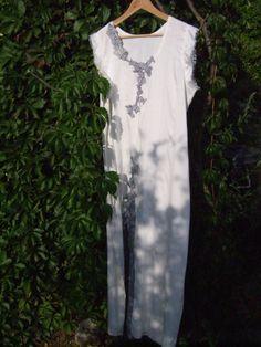 Vestido largo de seda con apliques