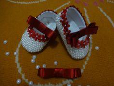 Sapatinho de pérolas com laço chanel e florzinhas vermelhas tamanho do 13 ao 18 Na compra do sapatinho ganhe o lacinho no tic tac