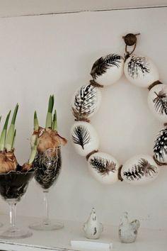 oeufs de Pâques décorés de dessins de plumes