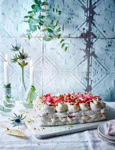 Pistachio and rhubarb meringue cake Rhubarb Meringue, Meringue Desserts, Meringue Cake, Best Dessert Recipes, Fun Desserts, Sweet Recipes, Cake Recipes, British Cake, Pavlova Recipe
