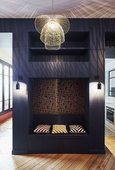 У дизайнеров студии GCG Architectes большой талант делать из классических парижских апартаментов настоящие маленькие шедевры современного дизайна. Их фирменный стиль — смелые цветовые акценты и оригинальные обои — легко узнаются в интерьере этой квартиры в Париже, проект которой они представили совсем недавно. Смотрим!