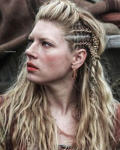 Discover a selection of Viking necklaces and pendants For men and women, reproductions inspired by Nordic mythology and Viking people. Katheryn Winnick Vikings, Viking Aesthetic, Aesthetic Women, Viking Braids, Viking Hair, Viking Warrior, Viking Woman, Viking Queen, Bracelet Viking