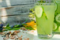 Okurková voda je nejen příjemným letním osvěžením, ale hlavně pořádným koktejlem vitaminů. Možná budete překvapeni, co voda s okurkami… Glass Of Milk, Drinks, Syrup, Drinking, Beverages, Drink, Beverage