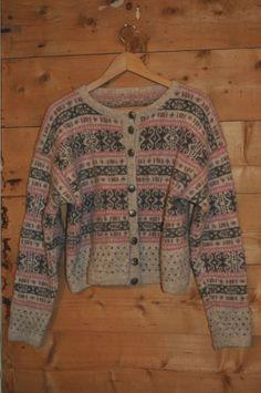 Mønster til Kofte frå Mønster til Kofte frå – Eg sa strikk! Fair Isle Knitting, Free Knitting, Hand Knitted Sweaters, Tapestry Weaving, Knit Jacket, Knitting Designs, Knitting Ideas, Knitwear, Knit Crochet
