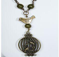 Collier long, sautoir au ton très nature de vert mousse et pendentif cage oiseau en laiton bronze. A porter à toutes occasions de la journée