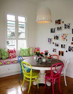 Mutfakta renkli oturma grubu