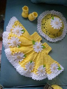 Beautiful crochet yellow baby dress with daisies, hat and shoes included Hermoso ganchillo vestido de bebé amarillo con margaritas Crochet Baby Dress Pattern, Baby Girl Crochet, Crochet For Kids, Vestidos Bebe Crochet, Knitting Patterns, Crochet Patterns, Crochet Ideas, Crochet Doll Clothes, Baby Yellow