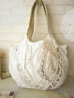 Linen lace bag - perfect for the Texas summer. Sacs Tote Bags, Tote Purse, Handmade Handbags, Handmade Bags, Lace Bag, Diy Sac, Boho Bags, Linens And Lace, Patchwork Bags