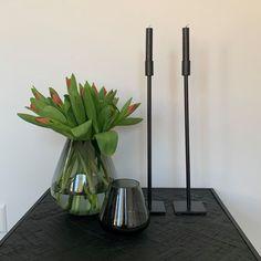 """Thuis bij jou op Instagram: """"Maak jij het gezellig in huis met deze zwarte kandelaren van metaal? Mooi in elk interieur 🖤🖤 #thuisbijjou #leeffcom #metalenkandelaar…"""" Glass Vase, Instagram, Home Decor, Decoration Home, Room Decor, Home Interior Design, Home Decoration, Interior Design"""