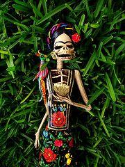 Frida Kahlo Catrina (el_catrinero) Tags: flowers flores detalle mexico death noir day negro culture traditions frida mexican clay mexique helena michoacan catrina artisan piedad kahlo artesania tehuana catrinas nares deads