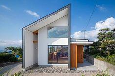 由Studio aula建築事務所設計的私人住宅位於日本長野縣,為了將戶外風景融入居家生活,大面積的落地窗扮演了重要的角色。 via studio-aula.net