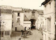 Este postigo o puerta pequeña, fue donde se estableció el mercado de Aceites provenientes del Aljarafe; en su parte superior enmarca el escudo de Armas de Sevilla.   https://es.foursquare.com/item/506dbdc5498e0db5b4960165