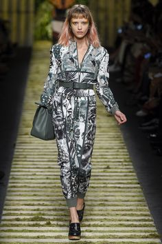 Max Mara Spring 2017 Ready-to-Wear Fashion Show - Iva Varvarchuk