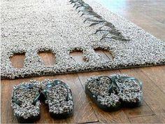 Tapistongs av Lise el Sayed gömmer tofflorna någonstans i mattan