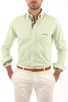 Camisa Oxford color manzana con cinta escocesa gris y verde. Producto artesanal. Detalles de cinta escocesa en vista de botones, interior de puños e interior del cuello. Detalle de bordado en pecho e interior de canesú.