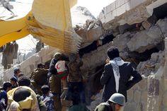 Soldati yemeniti cercano di recuperare i corpi rimasti intrappolati sotto le macerie del quartier generale della #polizia a Sana'a. La coalizione guidata dall'Arabia Saudita è stata da più parti accusata per i raid indiscriminati sulla capitale del Paese più povero nella Penisola araba. (© Ansa)