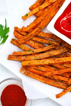 Oven Roasted Sweet Potato Fries - Sweet and Savory Meals Oven Roasted Sweet Potatoes, Crispy Sweet Potato, Sweet Potato Gnocchi, Sweet Potato Soup, Fried Potatoes, Sweet Potato Recipes, Vegetable Cake, Vegetable Dishes, Carrot Fries