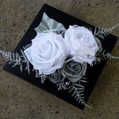 Bílé a stříbrné růže na černé lesklé misce Christmas Wreaths, Christmas Decorations, Flowers, Christmas Swags, Holiday Burlap Wreath, Christmas Decor, Floral, Ornaments, Christmas Baubles