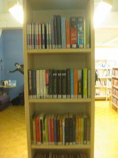 Nuortenkirjahylly ei yleensä ole näin täynnä vaan esillä on paljon kirjoja. Sijainti hyllyllä on loistava, koska hyllyn vasemmalla puolella on  nuorille lukunurkkaus(+nuortenaikuisten kirjoja) ja oikella puolella nuorten kirjoja.