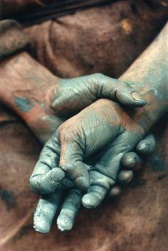Painter Gérard Garouste's hands in the studio, ©1991 ERIC LARRAYADIEU