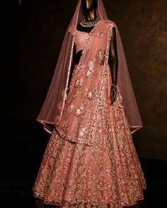 Gold Lehenga Bridal, Indian Bridal Lehenga, Wedding Lehnga, Indian Evening Gown, Women's Ethnic Fashion, Indian Wedding Outfits, Indian Bridal Fashion, Indian Bridal Wear, Indian Bridal Outfits