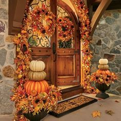 40 Fall Door Decorations to Welcome the Festivities with Open Arms Welcome all the fall festivals by adorning your house with splendid DIY fall door decorations. The striking ideas for decorating the door this falls are sure to lure you into action. Porche Halloween, Fete Halloween, Outdoor Halloween, Autumn Decorating, Porch Decorating, Decorating Ideas, Fall Home Decor, Autumn Home, Fall Entryway Decor