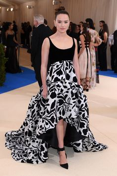 Star Wars actress Daisy Ridley is wearing a custom black and white abstract floral print gown by Laura Kim and Fernando Garcia for Oscar de la Renta, inspired by the Fall 2017 collection.