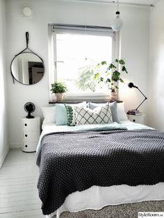 säng med svart överkast