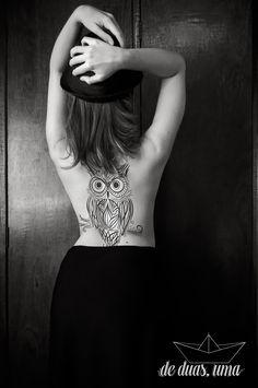Tatuagem de coruja nas costas - Desenho exclusivo criado por De duas, uma (www.deduasuma.com)