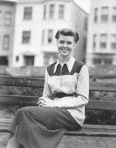 Voici LuAnne Henderson, nommée Marylou dans le roman. Malgré qu'elle soit souvent de second plan, je pense qu'elle a une grande importance dans ce livre à caractère masculin avant tout. Elle représente les femmes de cette époque qui rêvaient également d'aventure. Elle n'hésite pas à suivre son ex-mari sur la route, parfaitement consciente qu'il la laisserait. Elle tourne également le dos aux conventions sociales, entraînée dans une vie instable dès ses 16 ans.