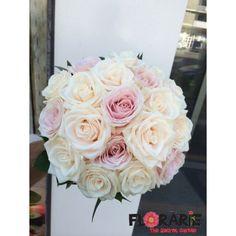 Buchet de mireasa special, realizat din trandafiri crem si trandafiri roz pal, finisat cu ruscus si satin asortat. Un buchet delicat si diafan.