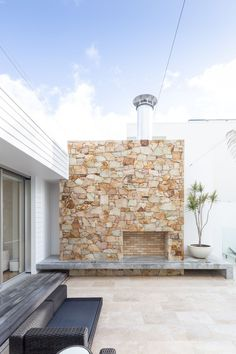 Stone Styles Santorini Random Walling provides subtle tones of white and cream to create a truly contemporary experience, perfect for beach and coastal settings Stone Facade, Stone Cladding, Wall Cladding, Terrace House Exterior, Ibiza, Brick Feature Wall, Exterior Tiles, House Front Design, Stone Houses