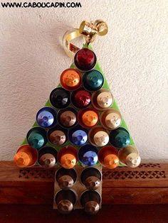 un sapin de noel avec des capsules de Nespresso #bricolage #noel #Noel #maternelle #caboucadin #activité