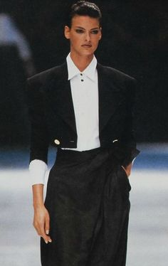 Linda evangelista for versace versace супермодели, же 90s Fashion, Fashion Models, Fashion Outfits, High Fashion, Sexy Women, Suits For Women, Gianni Versace, Linda Evangelista Now, Vintage Outfits