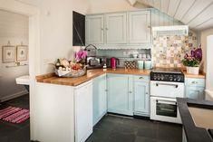 Aménagement d'une petite cuisine dans cet adorable cottage anglais à louer à Cornwall