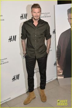 David Beckham wearing a military green shirt with a washed jeans pants and boots. David Beckham Boots, Estilo David Beckham, David Beckham Style, Green Shirt Outfits, Green Shirt Mens, Stylish Men, Men Casual, Mode Man, Herren Outfit