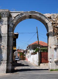 Baltalı kapı/Milas/Muğla/// Baltalı Kapı, Antik Mylasa Kenti'nin giriş kapısı ve günümüzde Milas'ın kuzey kapısıdır. Esentepe'nin batısında, Hacıapdi Mahallesi sınırları içinde yer alır. 5 x 12 metre genişliğindedir.