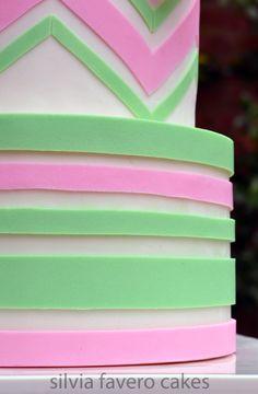 Detalle de la torta con diseños simétricos, chevron y rayas horizontales, en rosa y verde pastel. | Green and pink pastel cake, with chevron design and stripes. So girly!