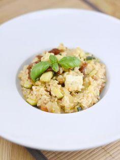 poivre, huile, courgette, tomate séchée, oignon, basilic frais, riz rond, sel, bouillon, feta
