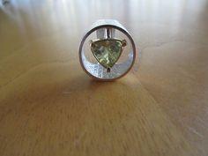 Zilveren ring met driehoekige citrien in gouden kast.  Silver ring with triangle citrine in golden frame.