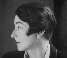 Eileen GRAY 1878-1976 Artiste spécialiste de la laque, designer et architecte irlandaise. Elle humanise le mobilier fabriqué à partir de matériaux industriels. Membre fondateur de l'UAM, son travail est lié à celui de Le Corbu, Charlotte Perriand et Pierre Chareau. Connue pour avoir incorporé de luxueuses finitions laquées sur des meubles d'esthétique Art déc, elle touche dans les années 1920 au mobilier à structure d'acier tubulaire de style international.