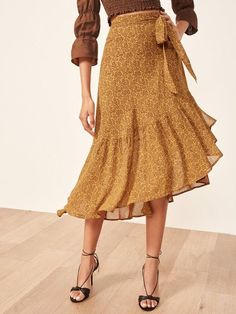 3 Skirt Trends You'll See Chic People Wearing This Fall Midi Rock Outfit, Midi Skirt Outfit, Skirt Outfits, Midi Wrap Skirt, Modest Fashion, Fashion Dresses, Women's Fashion, T-shirt Rock, Dresses Elegant