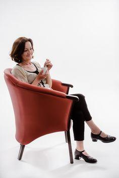 Ce fauteuil senior au design moderne. Ses accoudoirs et sa bonne hauteur d'assise permettent de se lever et de s'asseoir facilement.