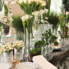 Mesa de aperitivos. Com flores lindas para uma comemoração.