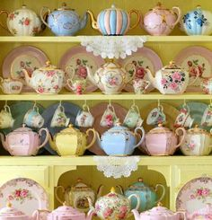 Colorful hall teapots.  ♡♡♡