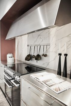 #küchengestaltung #interiordesign #küche #raumgestaltung #einrichtung #marmor #weiß #klassisch #elegant #clean Interiordesign, Elegant, Montage, Double Vanity, Carpentry, Room Interior Design, Marble, Minimalist, Classic